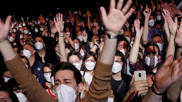 Public-masque-ALBERT-GEA-REUTERS